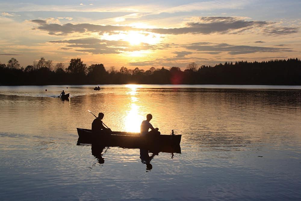 friends-in-a-canoe-in-lake