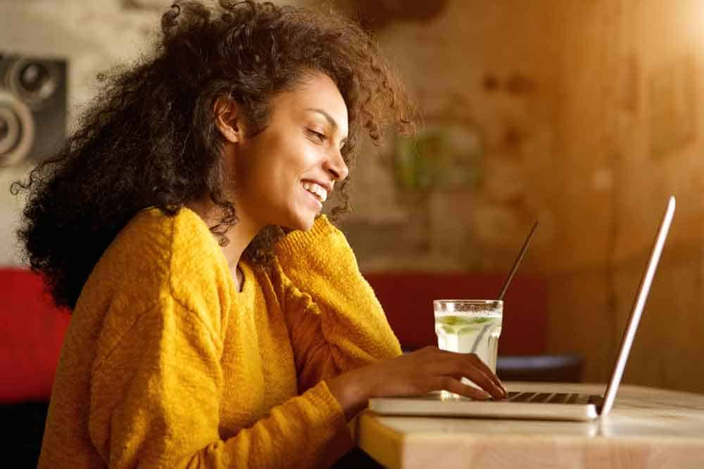 woman-smiling-at-computer